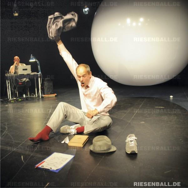 250 cm Dekoball als Bühnenelement im Theater Triebwerk
