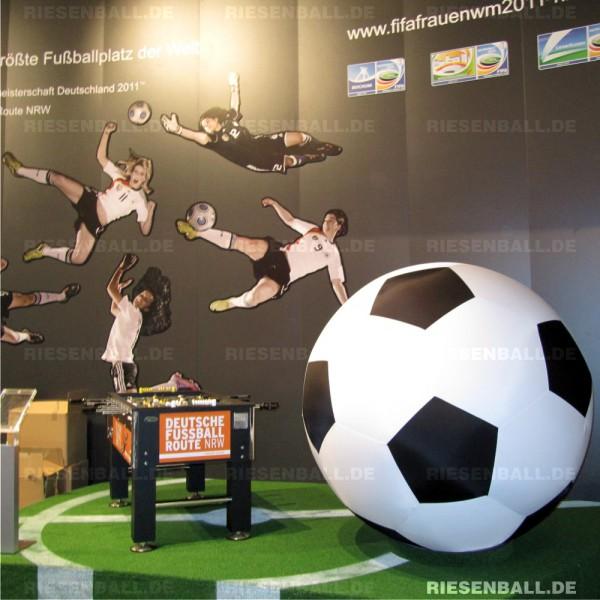 Riesen Fußball auf der ITB Berlin / Tourismus NRW