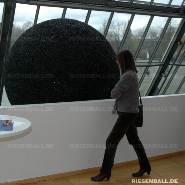 Christiane Bethke rollt Riesen-Kohleball durchs Revier
